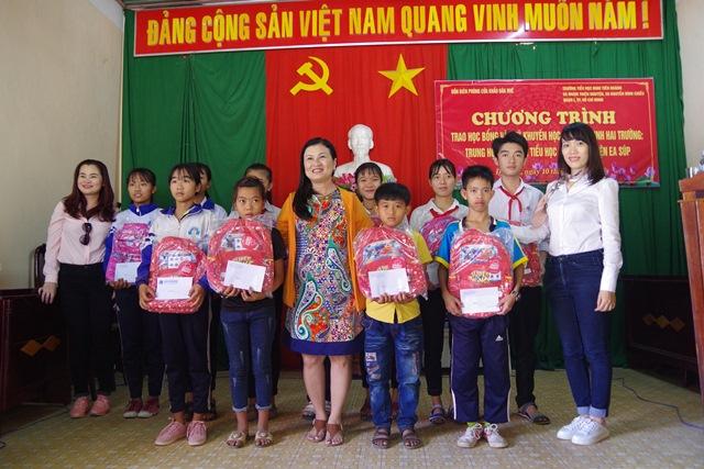 Trao học bổng và quỹ khuyến học cho học sinh nghèo biên giới