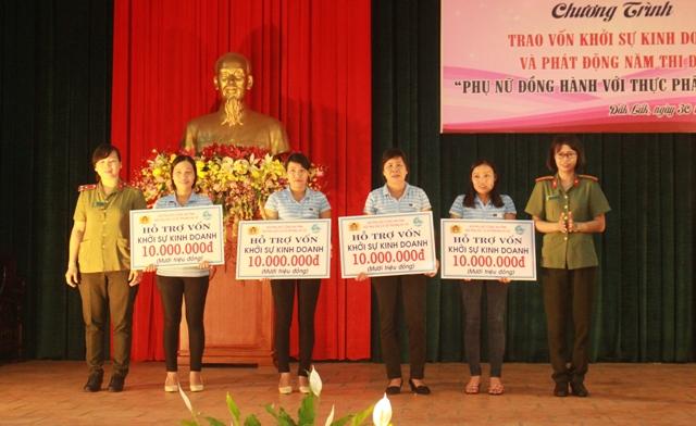 Trao vốn khởi nghiệp cho 13 hội viên Phụ nữ khối lực lượng vũ trang tỉnh