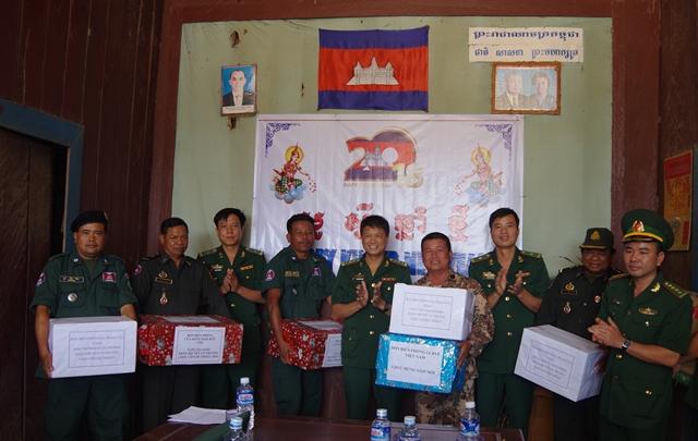 Huyện Ea Súp thăm và chúc Tết lực lượng vũ trang tỉnh Mondulkiri và Rattarakiri, Vương quốc Campuchia