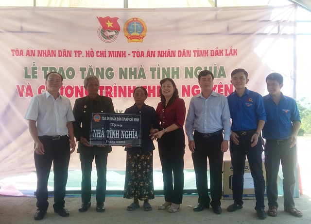 Tòa án nhân dân TP. Hồ Chí Minh tặng quà cho hộ nghèo buôn Ngô A, xã Hòa Phong, huyện Krông Bông