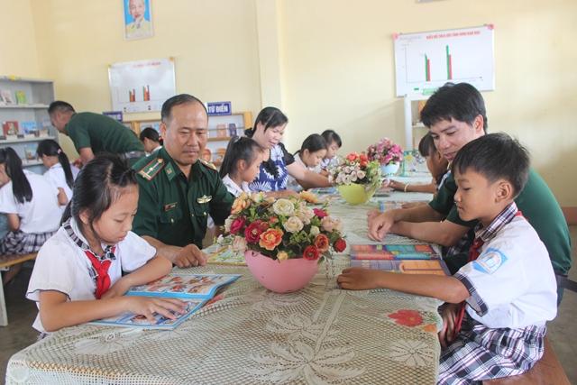 BĐBP tỉnh Đắk Lắk phối hợp trao 2.000 cuốn sách tặng học sinh vùng biên
