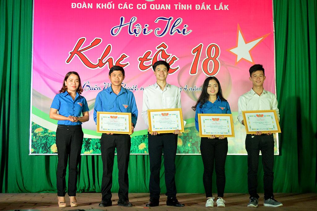 """Hội thi """"Khi tôi 18"""": Trường THPT Chuyên Nguyễn Du giành giải Nhất"""