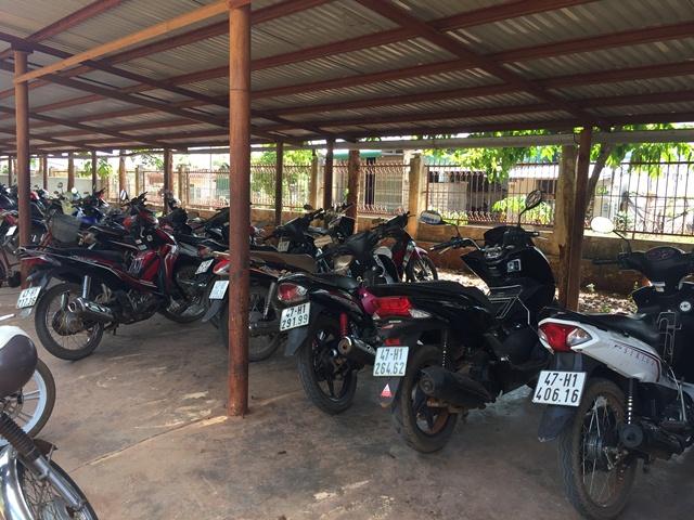 """Nhiều học sinh THPT ở huyện Cư M'gar vẫn """"vô tư"""" đi xe máy phân khối lớn đến trường"""