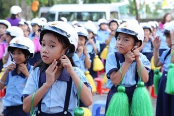 Tặng mũ bảo hiểm cho học sinh lớp 1