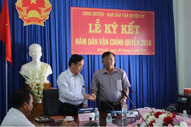 """Lễ ký kết kế hoạch thực hiện Quy chế phối hợp giữa Ủy ban Nhân dân huyện với Ban Dân vận Huyện ủy M'Đrắk về """"Năm dân vận chính quyền"""" 2018"""