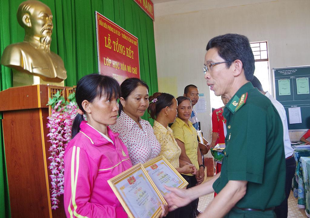 Đồn Biên phòng Ea H'Leo phối hợp tổ chức tổng kết lớp học xóa mù chữ tại xã Ia Lốp, huyện Ea Súp