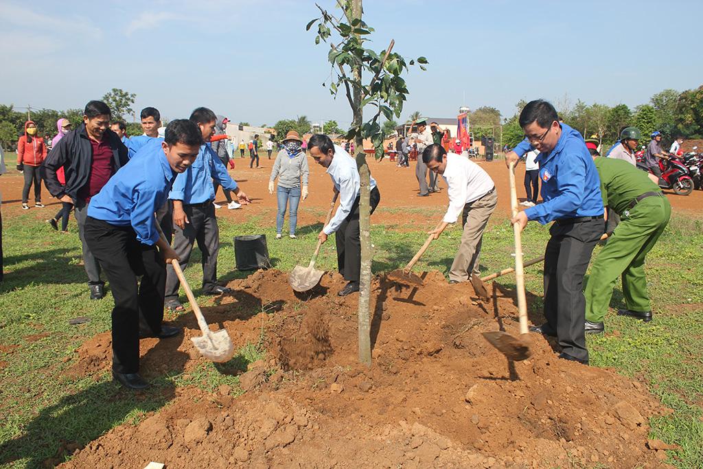 Huyện Buôn Đôn: Phát động trồng cây nhân dịp kỷ niệm 128 năm ngày sinh Chủ tịch Hồ Chí Minh