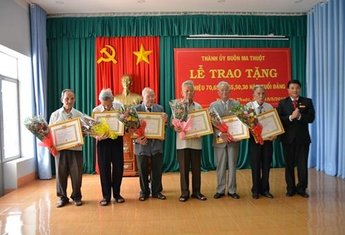 Thành ủy Buôn Ma Thuột trao tặng 68 Huy hiệu Đảng đợt 19/5
