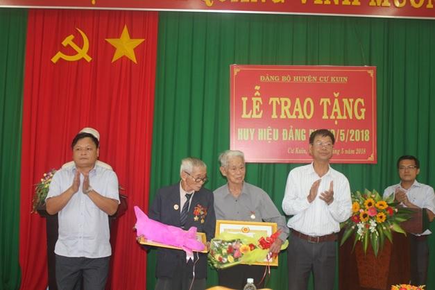 Huyện ủy Cư Kuin trao huy hiệu Đảng cho 20 đảng viên tròn tuổi Đảng dịp 19/5/2018