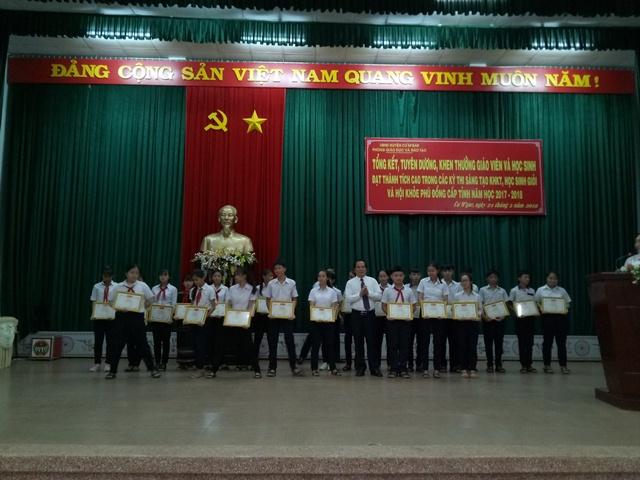 Huyện Cư M'gar tổ chức tuyên dương giáo viên, học sinh đạt thành tích cao trong năm học 2017-2018