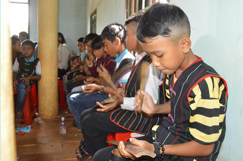 Khai giảng lớp truyền dạy đánh công chiêng trẻ tại Cư Kuin