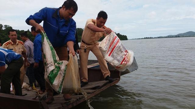 Huyện Lắk thả 9.000 con cá giống bổ sung nguồn lợi thủy sản năm 2018