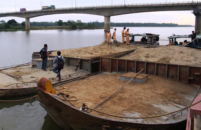 Tăng cường công tác quản lý hoạt động khai thác, vận chuyển, tiêu thụ, tập kết cát tại khu vực cầu Giang Sơn và trên địa bàn tỉnh