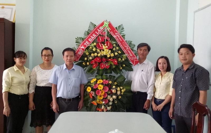 Sở Y tế thăm và tặng hoa chúc mừng Cổng Thông tin điện tử tỉnh