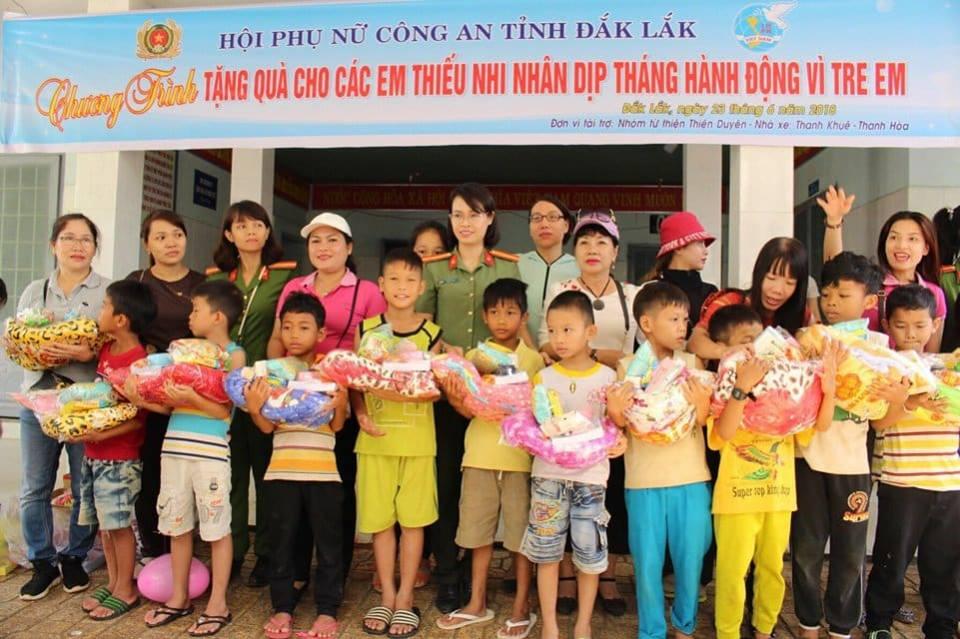 Hội Phụ nữ Công an tỉnh tặng quà trẻ mồ côi, khuyết tật