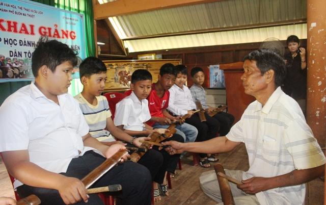Khai giảng lớp truyền dạy chiêng tre tại xã Cư Êbur