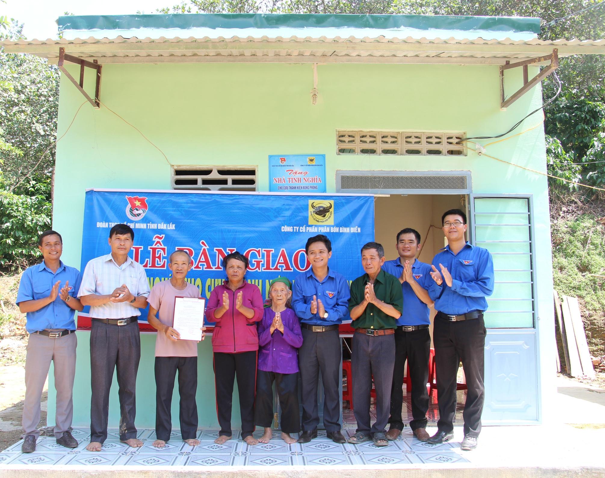 Bàn giao 4 nhà tình nghĩa tặng cựu thanh niên xung phong tại huyện Lắk