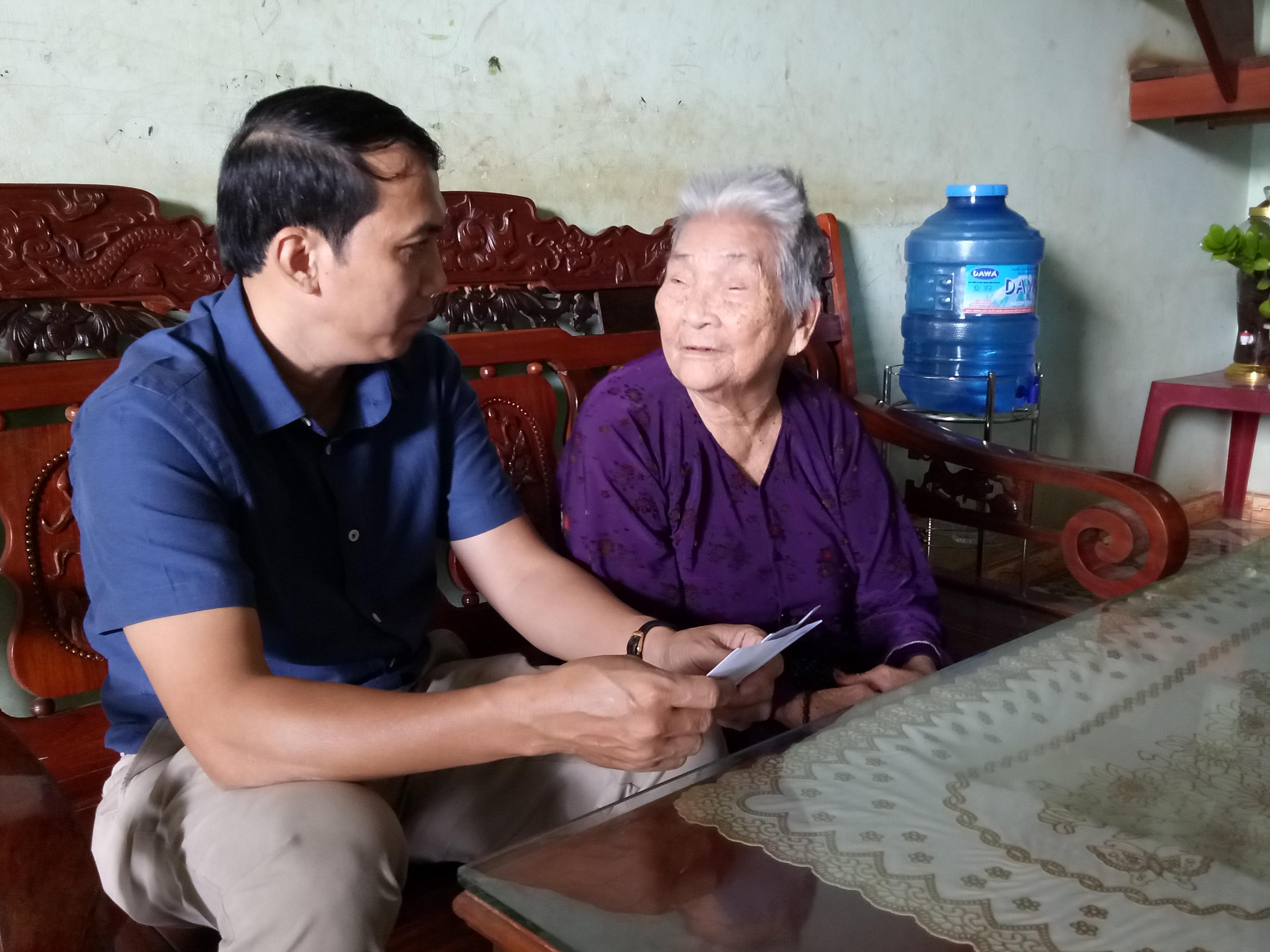 Đồng chí Nguyễn Đình Viên – Bí thư Huyện ủy Cư M'gar thăm tặng quà cho các gia đình chính sách ở thị trấn Quảng Phú