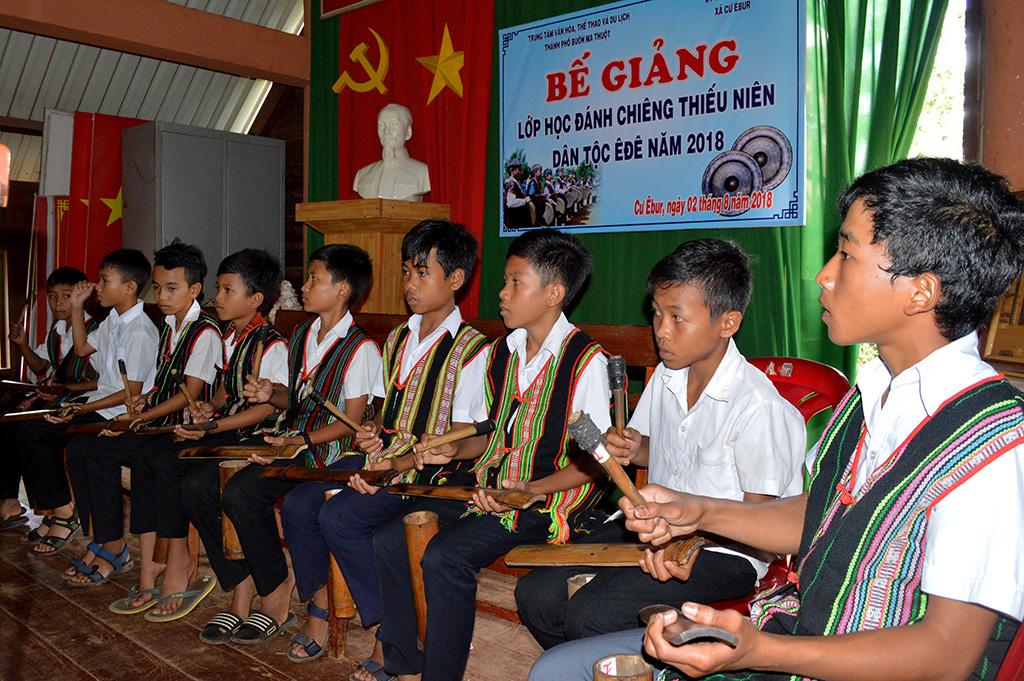 Bế giảng lớp truyền dạy cồng chiêng trẻ tại xã Cư Êbur