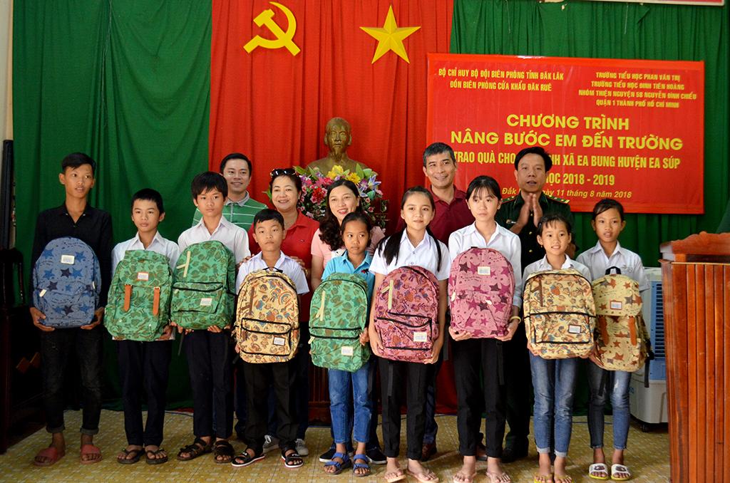 """Lan tỏa chương trình """"nâng bước em đến trường"""" tại vùng biên Đắk Lắk"""