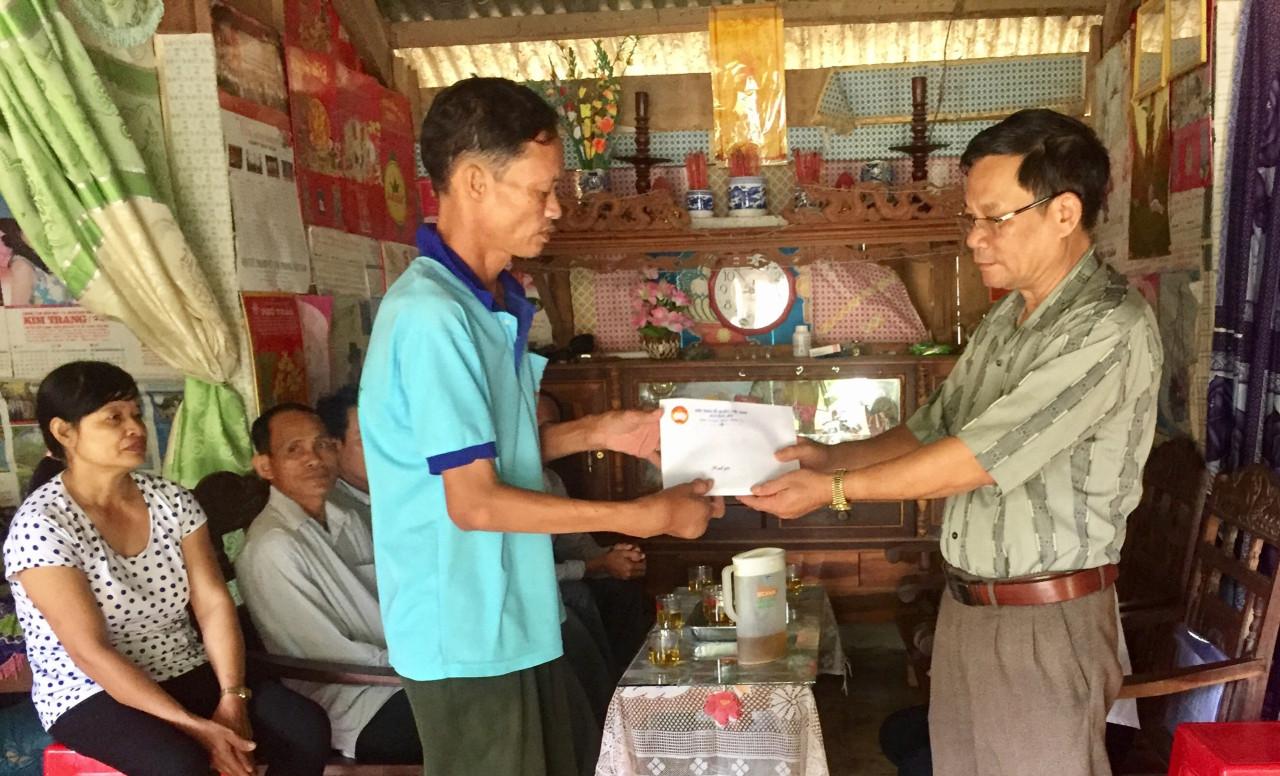 Trao tặng 20 triệu đồng cho gia đình có hoàn cảnh khó khăn tại huyện Lắk