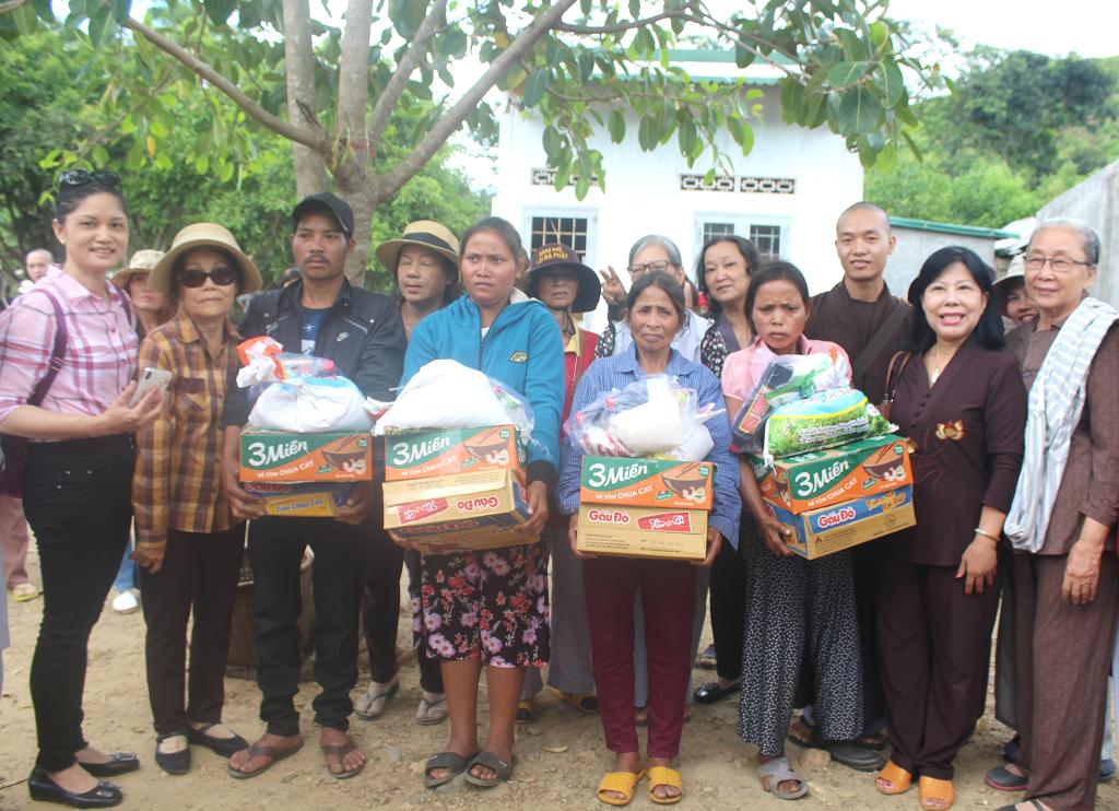 Tặng 30 suất quà cho các hộ nghèo có hoàn cảnh đặc biệt khó khăn
