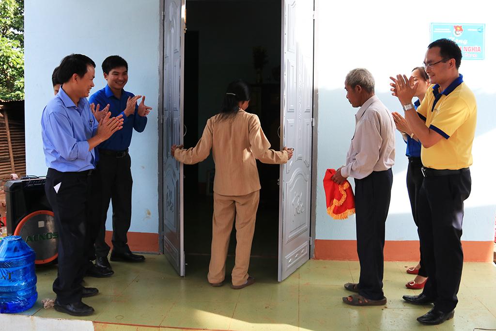 Sở Thông tin và Truyền thông: Bàn giao nhà tình nghĩa cho gia đình có công tại huyện Krông Năng