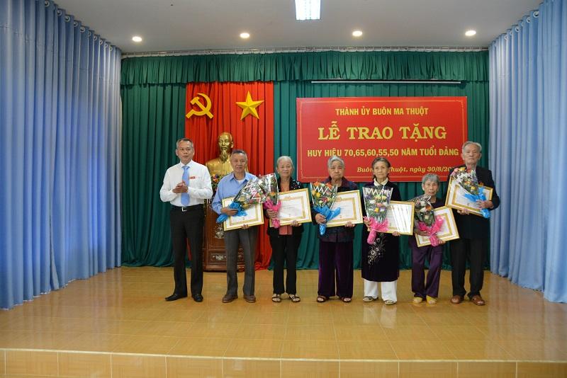 Thành ủy Buôn Ma Thuột long trọng tổ chức Lễ trao Huy hiệu Đảng cho 63 đảng viên đợt 2/9