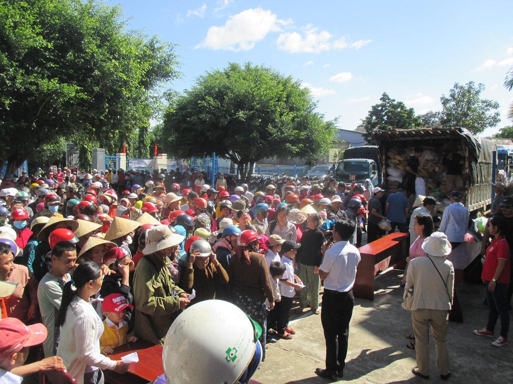 Trên 337 triệu đồng tiền quà đến với hộ nghèo và học sinh nghèo của huyện Krông Bông