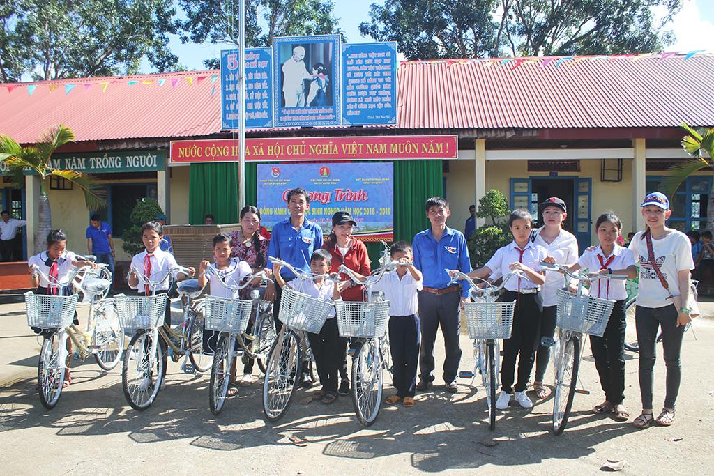 Huyện Buôn Đôn: Tặng 15 chiếc xe đạp cho học sinh nghèo