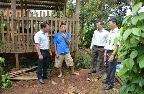 Trao tiền hỗ trợ phát triển kinh tế cho đảng viên Hoàng Văn Tâm, Buôn M'Duk, phường Ea Tam