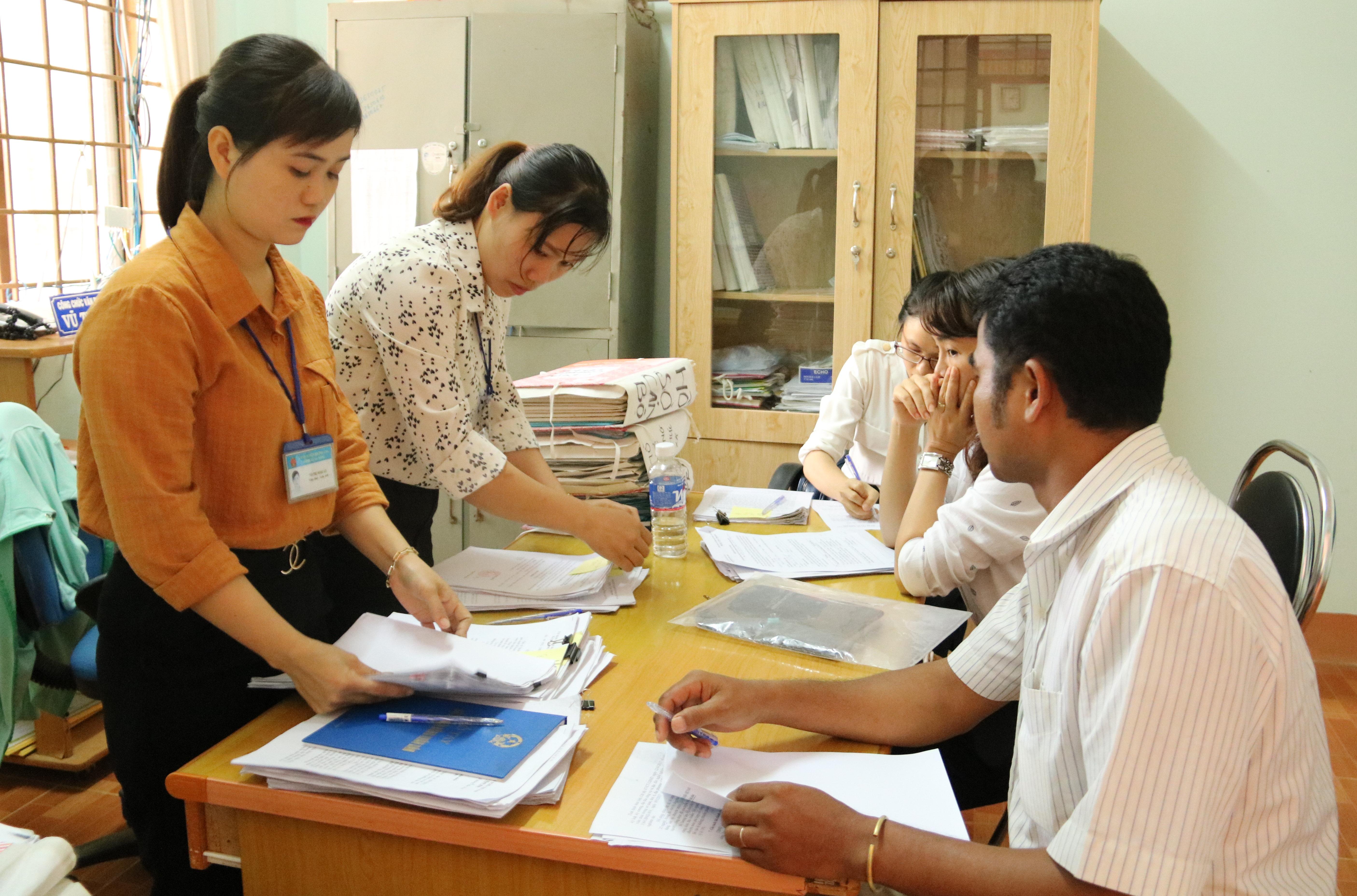 Kiểm tra công tác cải cách hành chính tại xã Dray Sáp và Ea Bông
