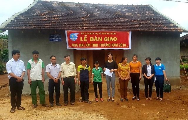 Hội liên hiệp Phụ nữ huyện Ea H'leo bàn giao nhà mái ấm tình thương cho hội viên nghèo.