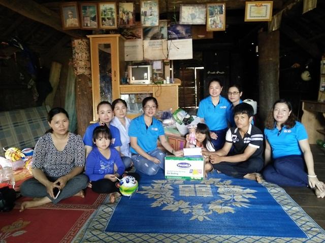 Ngân hàng BIDV Đắk Lắk  trao tiền và dê sinh sản hỗ trợ  6 chị em mồ côi tại buôn căn cứ