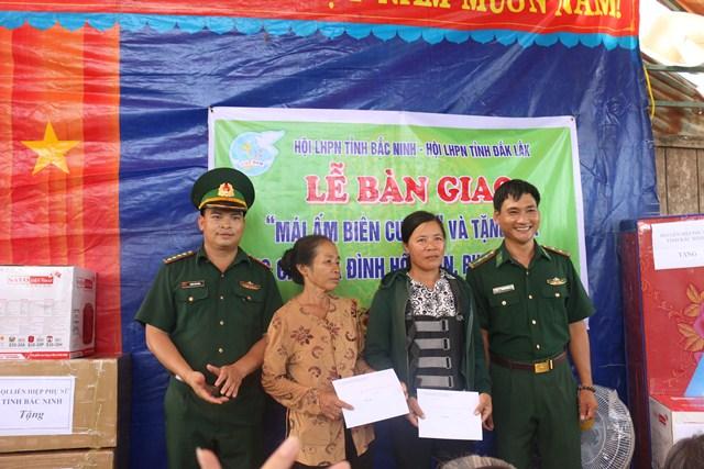 """Bàn giao """"mái ấm Biên cương"""" và tặng quà cho các gia đình khó khăn tại xã Ea Bung."""