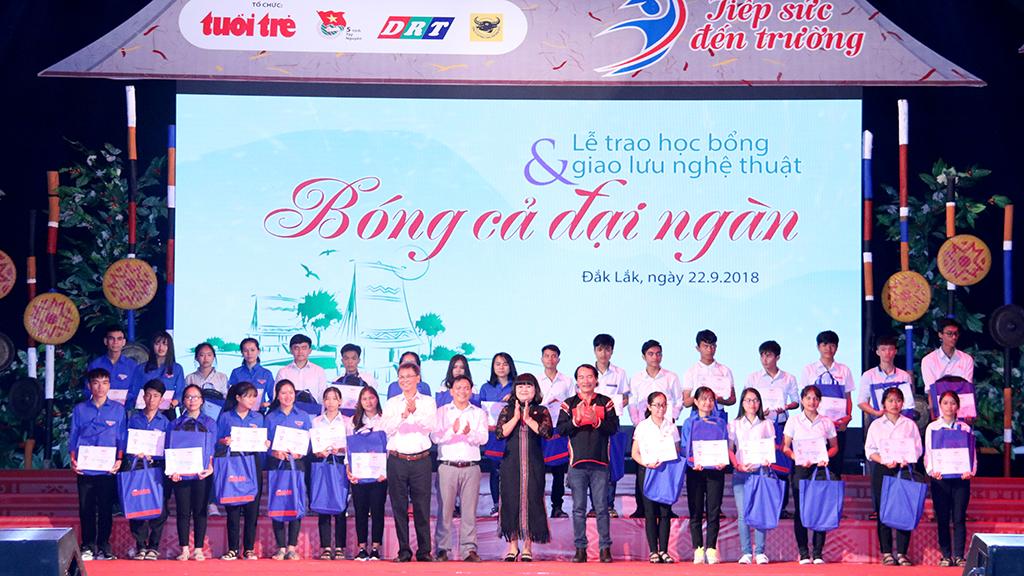 """Trao học bổng """"Tiếp sức đến trường"""" cho 127 tân sinh viên các tỉnh Tây Nguyên"""