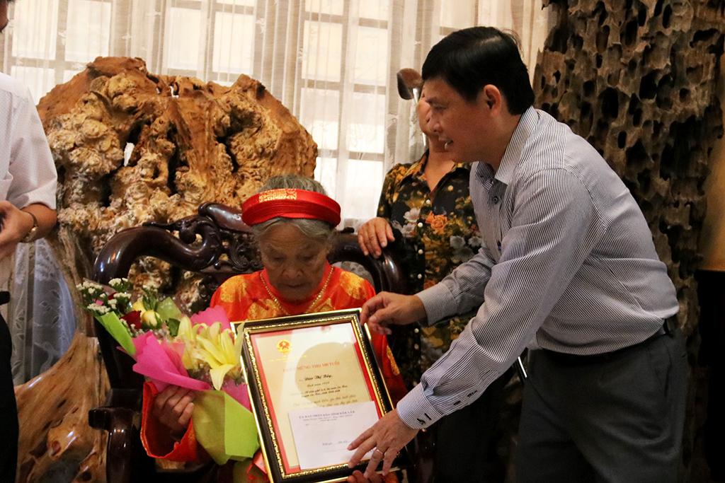 Lãnh đạo tỉnh thăm, tặng quà nhân Ngày quốc tế người cao tuổi (01/10)