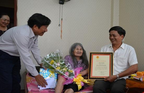 Thành phố Buôn Ma Thuột thăm, tặng quà người cao tuổi nhân ngày Quốc tế Người cao tuổi
