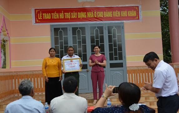 Đồng chí Nguyễn Thị Tường Loan, Phó Bí thư Thành ủy trao tiền hỗ trợ cho gia đình ông Y Tuk Adrơng, buôn Cư Êbông, xã EaKao