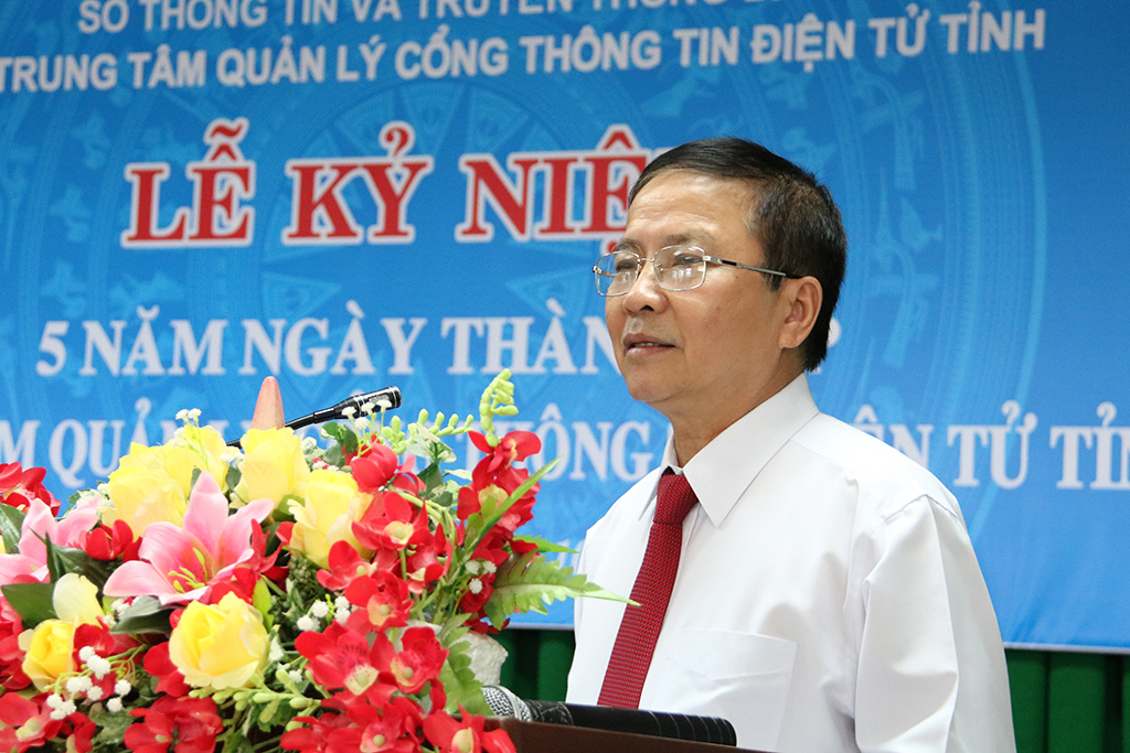 Giám đốc Trung tâm Quản lý Cổng TTĐT tỉnh Võ Thành Long báo cáo kết quả thực hiện nhiệm nhiệm vụ của Trung tâm sau 05 năm thành lập.