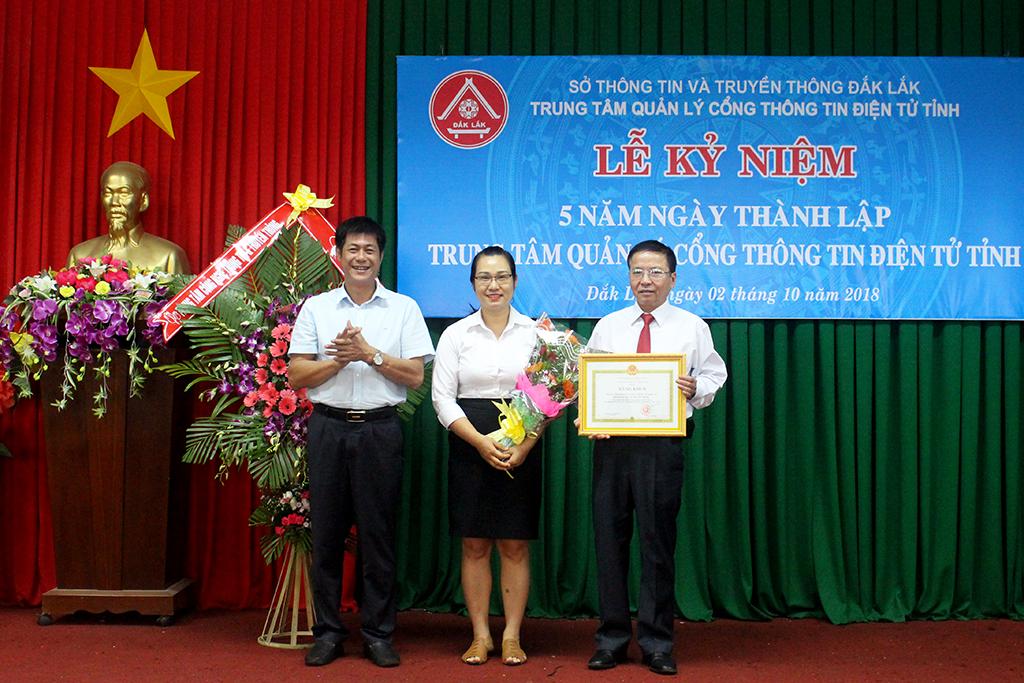 Đồng chí Nguyễn Hoàng Giang, Tỉnh ủy viên, Giám đốc Sở Thông tin và Truyền thông trao Bằng khen của UBND tỉnh cho tập thể Trung tâm Quản lý Cổng TTĐT tỉnh.