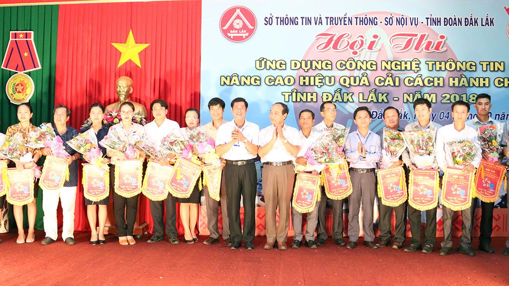 Ban Tổ chức tặng hoa, cờ lưu niệm cho các đơn vị tham gia hội thi.