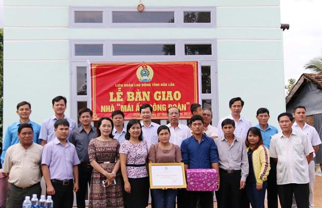"""Liên đoàn Lao động tỉnh bàn giao nhà """"Mái ấm công đoàn"""" tại huyện Krông Năng"""