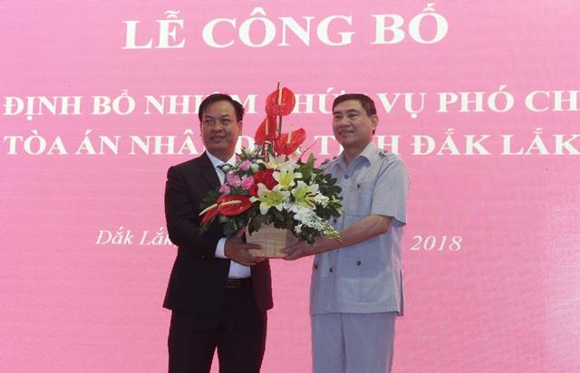 Ủy viên Trung ương Đảng, Phó Bí thư Tỉnh ủy Đắk Lắk Trần Quốc Cường tặng hoa chúc mừng đồng chí Trịnh Văn Toàn.