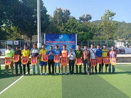 Ban tổ chức trao cờ lưu niệm cho các đội bóng tham dự giải