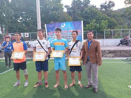 Ban tổ chức trao giấy khen cho các cầu thủ đạt danh hiệu cá nhân