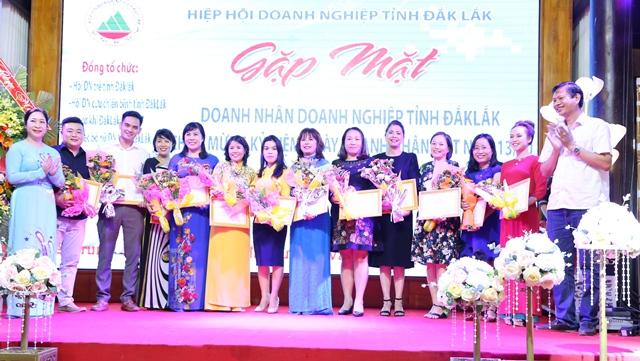 Các tập thể và cá nhân nhận giấy khen của Hiệp hội doanh nghiệp tỉnh
