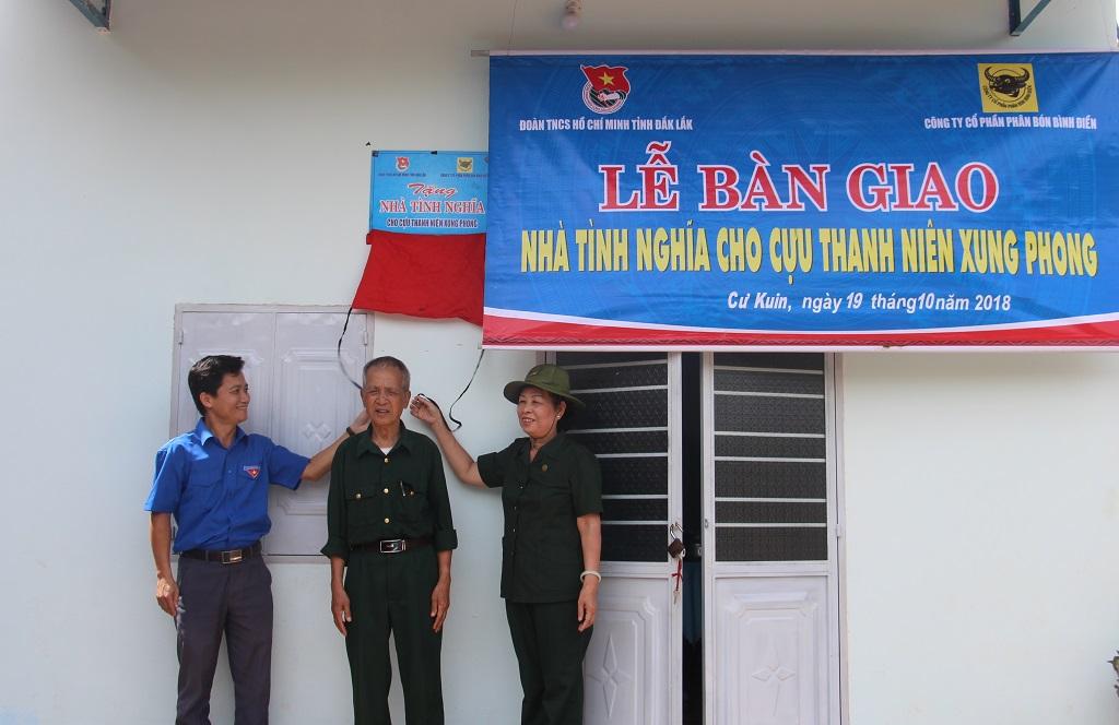 Bàn giao 2 nhà tình nghĩa tặng cựu thanh niên xung phong tại huyện Cư Kuin