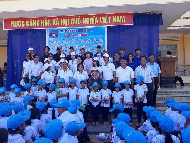 Trao tặng gần 700 bộ áo quần đồng phục cho học sinh nghèo vùng sâu