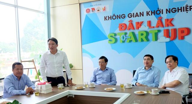 Đoàn công tác của Đại học Quốc gia Hà Nội và Nhà Xuất bản Chính trị Quốc gia Sự thật thăm không gian khởi nghiệp và tặng sách cho Hội Doanh nhân trẻ